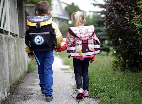 Zwei Kinder auf ihrem Weg zur Schule