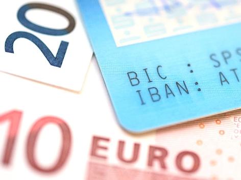 Euroscheine und eine Bankkarte