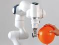 Roboterarm Franka sticht in einen Ballon
