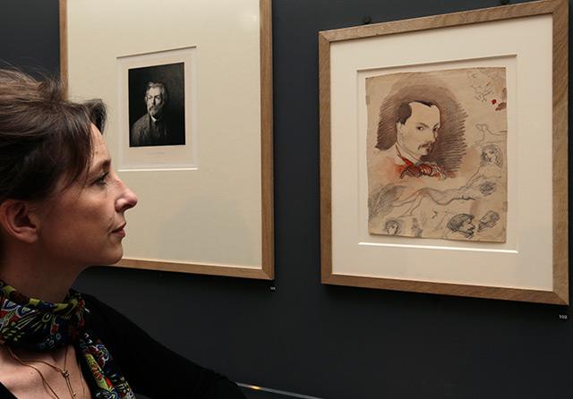 Carole Lenfant, Kuratorin am Cite de l'Architecture Museum in Paris, blickt bei einer Ausstellung 2013 auf ein lange verschollenes Selbstporträt Baudelaires