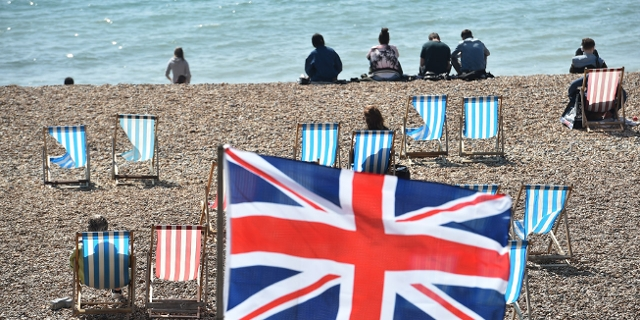 Strand in Brighton mit Union Jack Fahne