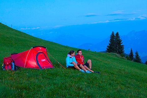 Junges Paar beim Campen in den Bergen
