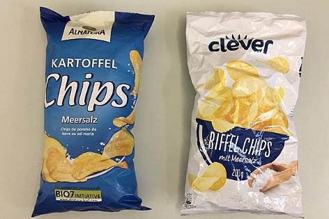 zwei Chipspackungen