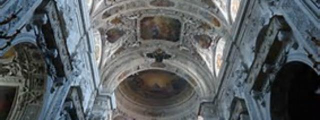 prächtige barocke Deckenfreskos mit darunterliegenden Seitenaltären