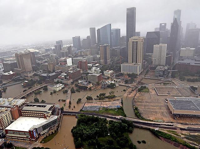 Viele Straßen in der US-Metropole Houston sind komplett überflutet, auch die Innenstadt ist betroffen