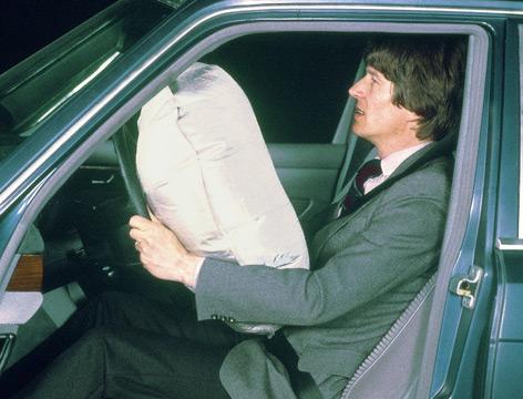 Historisches Foto mit augeblasenem Airbag
