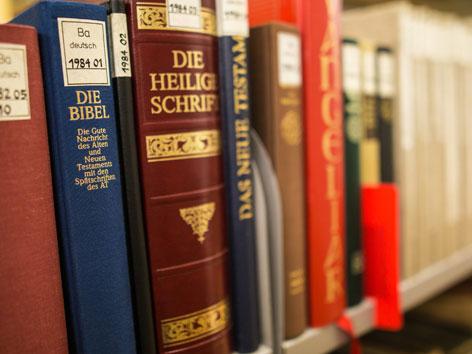 Bibeln in einem Regal