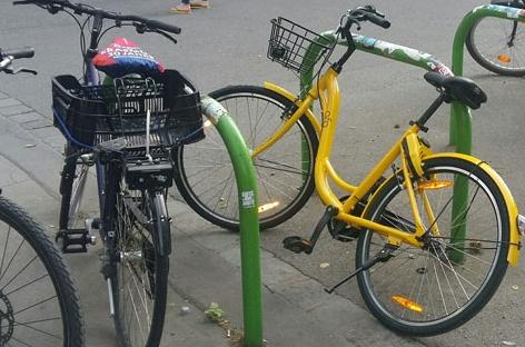 ofo-Fahrrad bei einem Fahrradabstellplatz in Wien