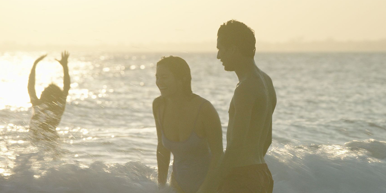 Drei Personen am Strand