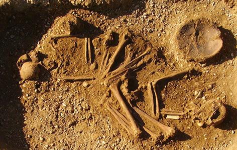 Eines der Gräber: Doppelgrab von Mann und Frau mit typischer Haltung für die Jungsteinzeit