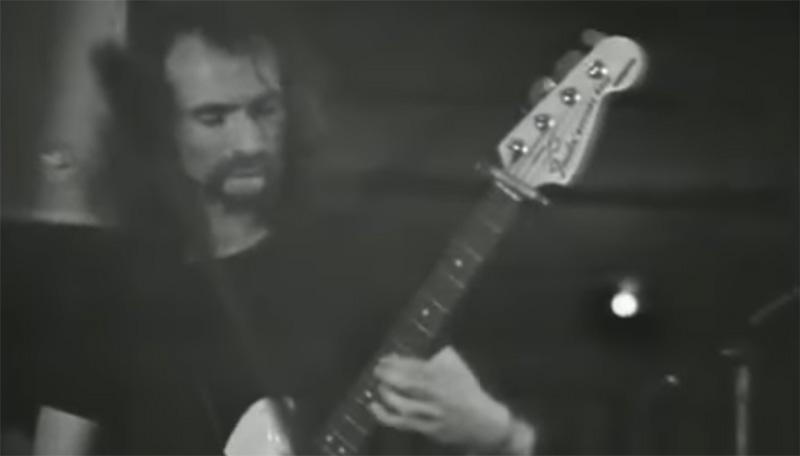 Holger Czukay beim Bass Spielen