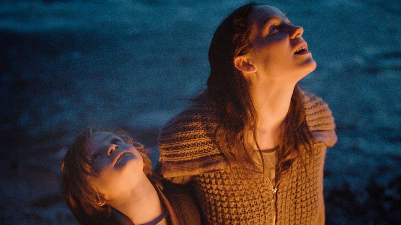 """Szenenbild aus """"Die beste aller welten"""", Mutter und Sohn schauen in den Himmel"""
