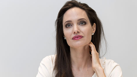Angelina Jolie lächelt