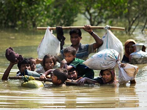 Rohingya-Familie bei der Durchquerung eines Flusses auf der Flucht nach Bangladesch