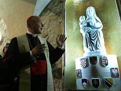 Kardinal Christoph Schönborn am 8. November 2007 vor der Mariazeller Marienstatue im Österreichischen Hospiz in Jerusalem