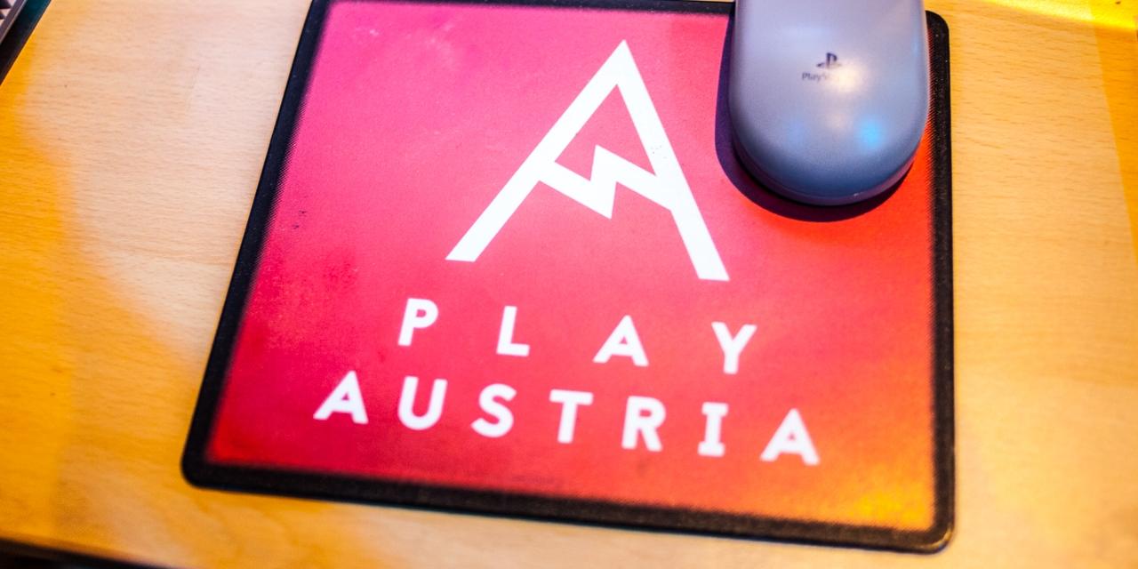 Play Austria in Wien. Erste Gaming Messe. Besucher und Spielegeräte.