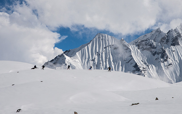 Himalaya: Bergsteiger auf einem Eisfeld