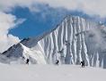 Himalaya: Bergsteiger auf einem Schneefeld