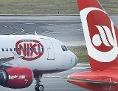 """Eine Maschine der Fluggesellschaft """"Niki"""" und der Air Berlin am Flughafen Wien-Schwechat"""