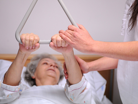 Pflegerin und bettlägerige Patientin