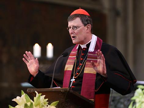 Der Kölner Erzbischof Kardinal Rainer Maria Woekli predigt im Kölner Dom
