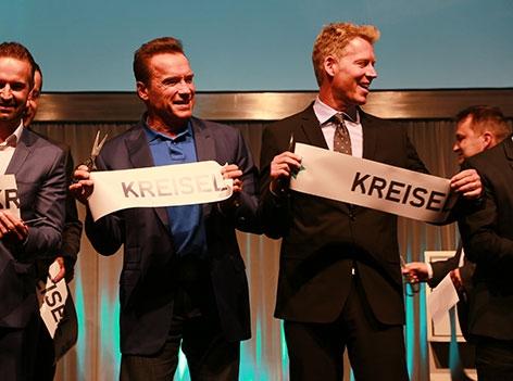 Arnold Schwarzenegger und sein Neffe Patrick Knapp-Schwarzenegger auf der Bühne bei Event von Kreisel Electric