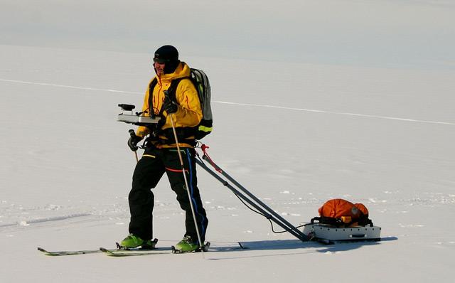 Forscher geht über ein Schneefeld