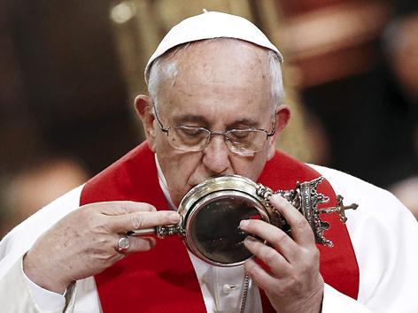 """Papst Franziskus küsst die """"Blutreliquie"""" von San Gennaro"""
