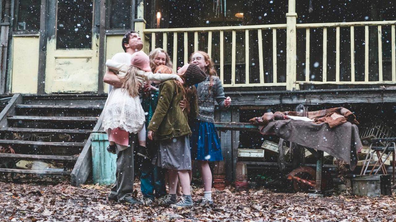 """Familie im Freien, die sich umarmt, Szenenbild aus """"Schloss aus Glas"""""""