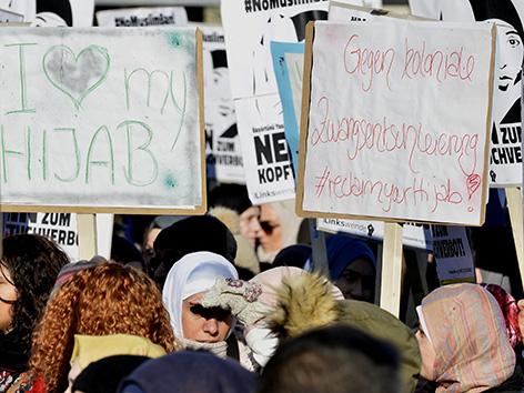 Musliminnen demonstrieren im Februar 2017 gegen ein Kopftuchverbot im öffentlichen Dienst und gegen ein Burkaverbot - Muslimban Demo.