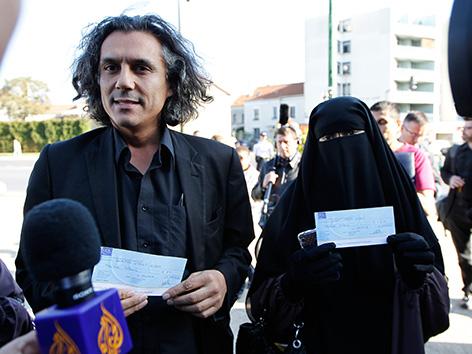 Der algerische Geschäftsmann, Millionär und politischer Aktivist, Rachid Nekkaz, mit Hind Ahmas, einer Nikab-Trägerin in Frankreich