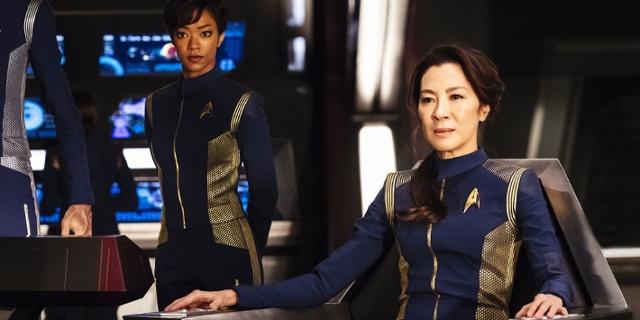"""Die Crew der neuen Serie """"Star Trek Discovery"""" auf der Brücke des Raumschiffes"""