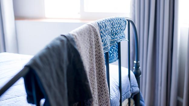 warum deine w sche weg vom bett sollte oe3. Black Bedroom Furniture Sets. Home Design Ideas