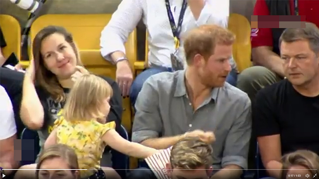 Ein Mädchen stiehlt Prinz Harry Popcorn