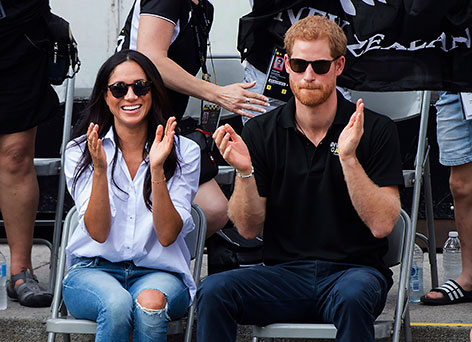 Prinz Harry und Meghan Markle sitzen nebeneinander