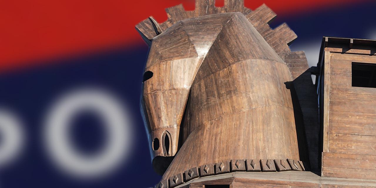 Trojanisches Holzpferd vor einem Polizeilogo