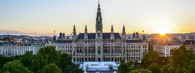 Wiener Rathaus vom Burgtheater aus im Morgenlicht