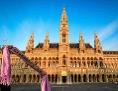 """Schal mit Aufdruck """"evangelisch"""" wird vor dem Wiener Rathaus hochgehalten"""