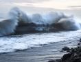 Welle rollt an einen Strand