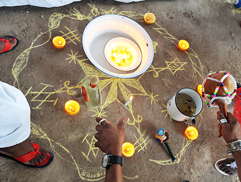 Auf dem Boden aufgemalte Symbole und Schalen mit Flüssigkeiten bei einer Voodoo-Zeremonie zu Weihnachten