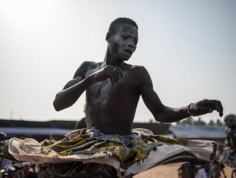 Voodoo-Verehrer tanzt bei einem Ritual in Benin