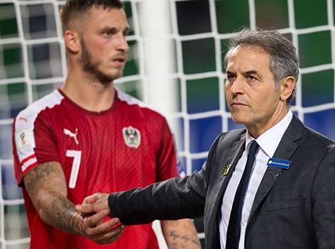 Marco Arnautovic und Teamchef Marcel Koller geben sich am Spielfeld die Hand