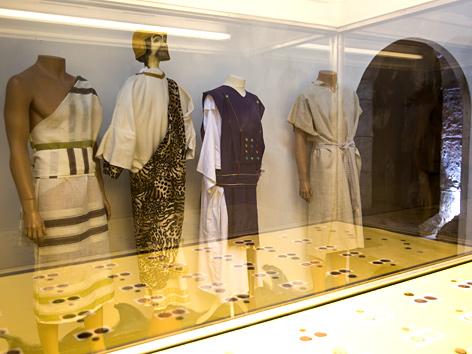 """Exponate aus der Ausstellung """"Bible Wear"""""""
