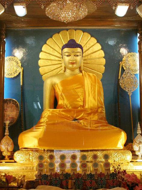 Eine goldene Buddhastatue