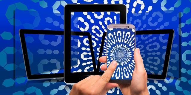 Hände auf Handy und Table, Nullen und Einsen