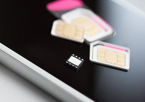 SIM-Karten verschiedener Größen auf einem Smartphone