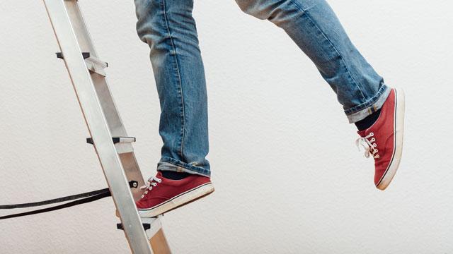 Balance halten auf einer Leiter