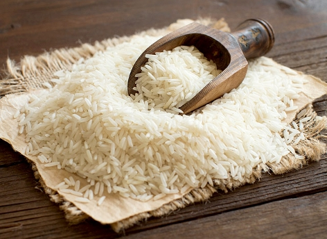 Basmati-Reis mit einem Holzlöffel