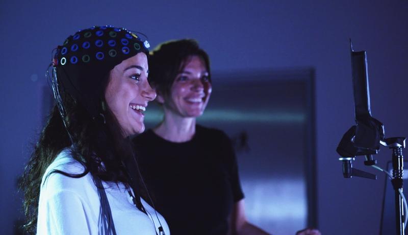 Serien-Still von Homo Digitalis: Helen Fares steuert mit Gehirnströmen