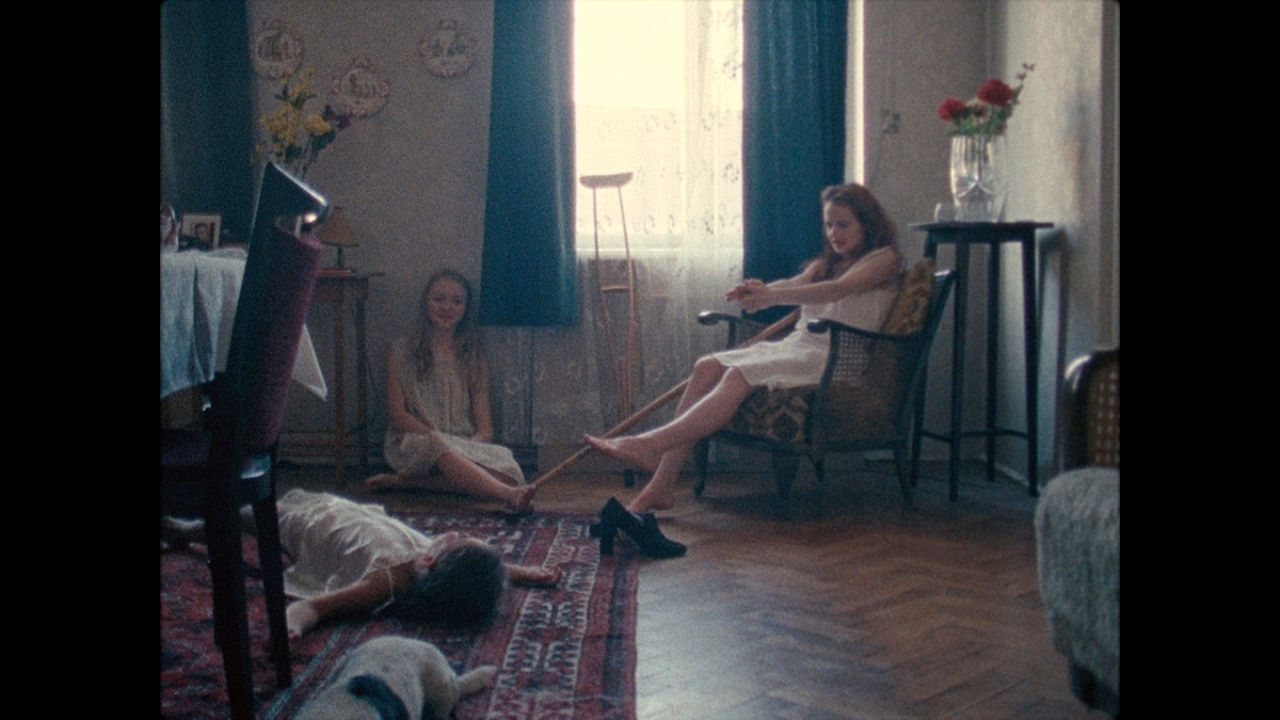 """Drei Mädchen in Nachthemden, Szenenbild aus """"Das unmögliche Bild"""""""